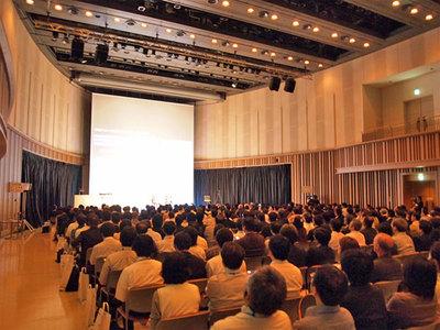 会場の模様。ほぼ満席の盛況