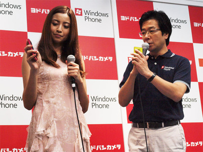 樋口社長からインタフェースの説明を受ける片瀬さん。実際に触ってみて「もうすでに自分の電話のような感覚です」とのこと