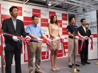 イベント後のテープカット。左から2人目はヨドバシAkiba マルチメディア 店長 松井昭二郎氏