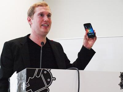 Galaxy Nexusを手に発表を行うジョン・ラーゲリン氏