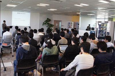 会場の模様。Web上の募集で集まった学生さんを中心とした来場者でほぼ満席状態です