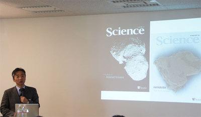 はやぶさの撮影した小惑星「いとかわ」の姿(左)とはやぶさが持ち帰った「いとかわ」の微粒子(右)はそれぞれ学会誌の表紙を飾った