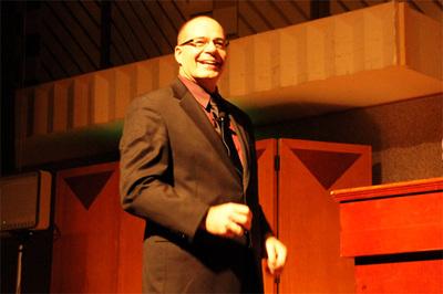 Rollison氏は「オハヨウゴザイマス!」の挨拶とともに登壇。ときにユーモアを交え,終始なごやかな雰囲気で講演は進みました。