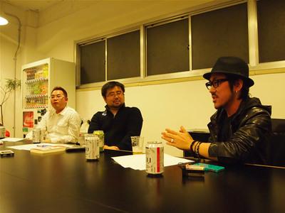 藤川氏(中央)と家入氏(右手)。奥は進行役を務めた技術評論社 馮富久
