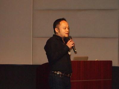 トップバッターを務めた中川氏。自身の経験,そして,今Webを取り巻く状況で起きている出来事をテンポ良く解説しながら,地方のクリエイターの価値について語りました