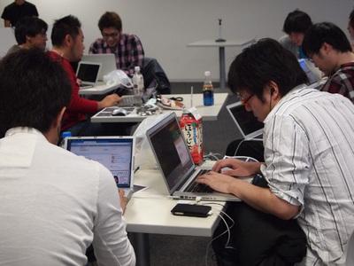 それぞれのテーブルで集中する参加者たち