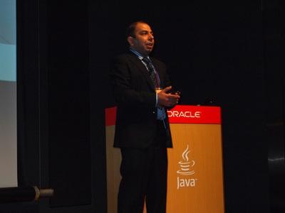 Naveen氏は,「Oracleのもと,「技術」「コミュニティ」「投資」の3本柱により,これからのJavaが進化します」と力強く語った