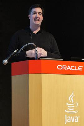 「プログラマのコーディングの手間を大幅に改善する最新のJavaをぜひ使って欲しい」と語るAlex Buckley氏