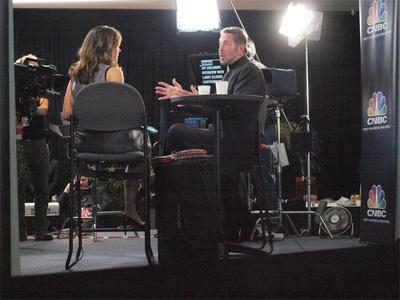 全米もOOWに注目! モスコーンセンターでCNBCの取材を受けるラリー
