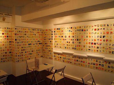 壁一面にOEKAKIGRAMの作品が貼られているコーナー。実際にOEKAKIGRAMを体験する端末も用意されている