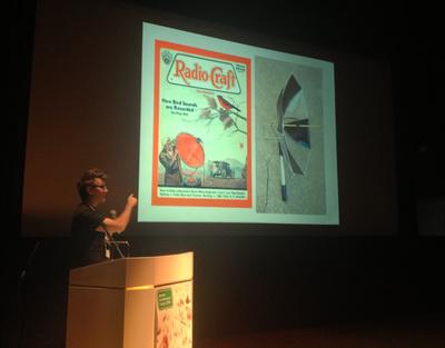 20世紀初頭のMakersと21世紀のMakersの類似点を示すフラウエンフェルダー氏。ユニークな例ばかりで,会場には度々笑いが巻き起こっていました
