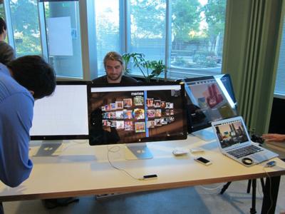 机の手前にあるセンサーがLeap Motion。手の動きに連動してアートワークを操作できるデモを行っていた