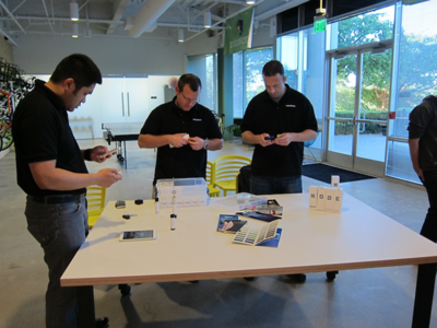 机上の円筒形のデバイスがNODE sensor。各種センサーに加え,フラッシュライトのモジュールもある