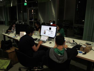 大きなチームを組んで深夜まで開発を行う参加者たち