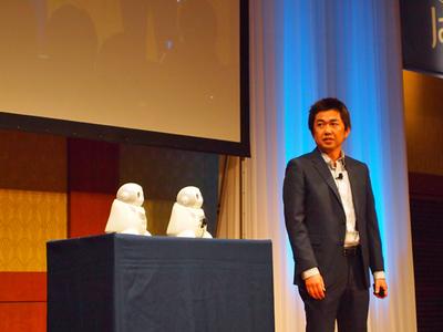NEC石黒氏は,同社が開発しているクラウド連携型ロボット「PaPeRo」(左の2台)を紹介した