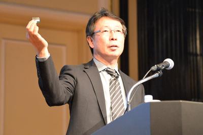 Edisonモジュールを使った小型ボードを手に説明するインテル株式会社 平野浩介氏