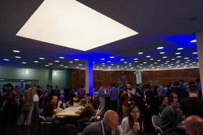 コーヒーブレークが適宜設けられ,受講者はホールで軽食などを楽しめます