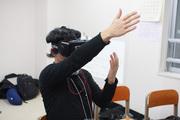 Oculus Riftをかぶって謎の動作をしている