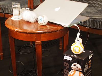 机の上の右に置かれているがOllie,机の上の左に置かれているのがSphero