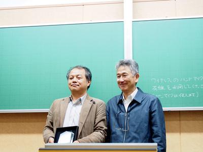 筧審査委員長と並んで亀澤 寛之さん