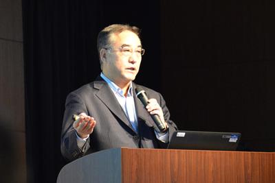 ここでソリューションパートナーとして,セールスフォース・ドットコム 取締役社長兼COOの川原 均氏が登壇。