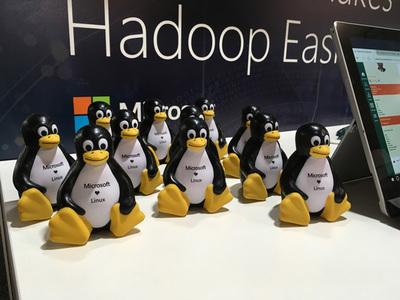 Microsoftブースに置かれていたTuxペンギンたちが隔世の感を醸し出す