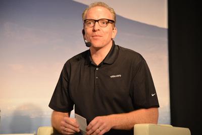 この6月に15年近く務めたIntelを離れWMwareのChief Open Source Officerに就任したDirk Hohndel氏。「まだ今の肩書きに慣れていません」と苦笑しつつ自己紹介