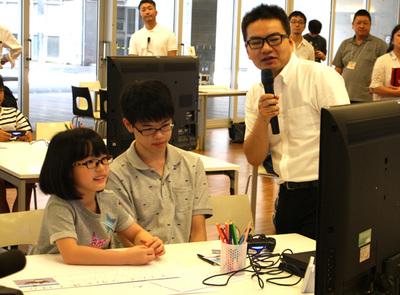 子役として人気の豊嶋花さん(写真左)も参加。ワークショップは竹林氏(右)と松田校長がこどもたちの制作進行を見ながら解説を加えていく形式