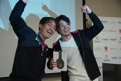 ベストトーク賞は「iOS/AndroidアプリにおけるAPIサーバーのいろは」を発表したxaicron氏(右)