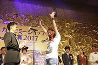 今年は喜びの表情でステージに上ったBALANCE STYLE店長 高畠侑加さん。そして,今年もまた目元には涙が溢れた。今度は嬉し涙だった