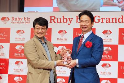 (株)あしたのチーム 代表取締役 高橋恭介氏(右)とプレゼンターのまつもとゆきひろ氏