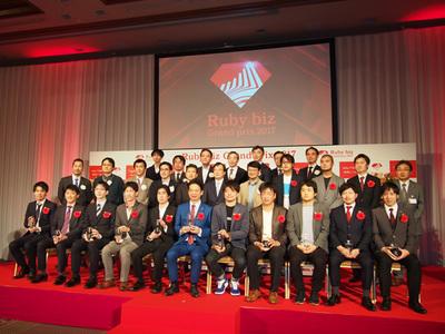 受賞企業の代表者,審査委員会のメンバーで記念撮影