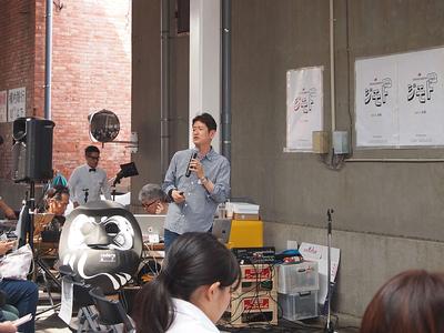 次世代人財塾適十塾塾長/専修大学経営学部特任教授の見山謙一郎氏。今回のDesign Jimoto前橋の仕掛け人の一人でもある。自身が取り組んでいるわらじプロジェクトなどを通じ,前橋への貢献について皆ができることについて語った