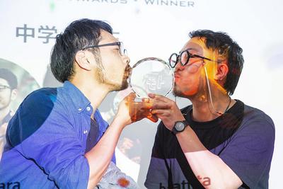 チーム「中学一年生」の2人。クリスタルトロフィーへのキスとともに優勝の喜びを表現した