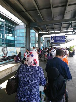 空港に入場するための長蛇の列