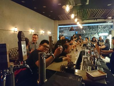 Spektral Beer Loungeでビールを楽しむPyCon仲間たち