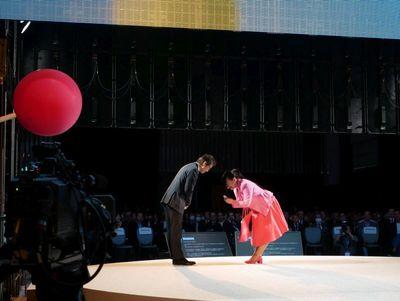 荒川氏もキャストとして寸劇に参加。主役の女性との名刺交換風景