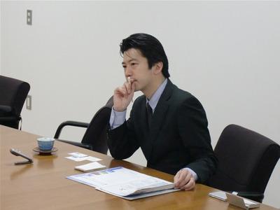 インタビューおよび執筆を担当する前田氏。