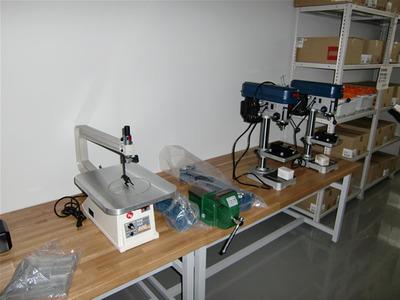 生徒達が実際に触れて使うことができる実験設備が豊富に用意されている。