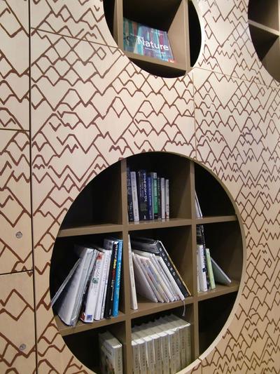 図2 ちょっとした図書館のようなハンバーガーショップ。