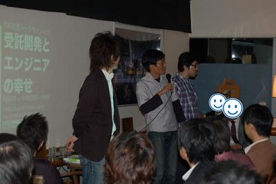 19時,いよいよトークセッションスタート。「それでは先生方に入場していただきます」という呼び入れとともに,岡島先生,角谷先生,天野先生のご入場(笑。