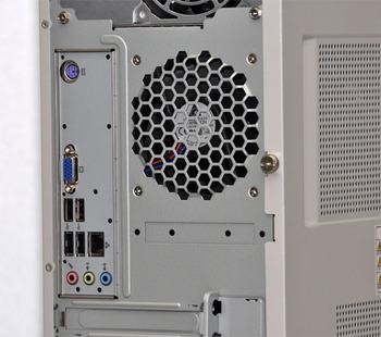 図3 リアパネルにはキーボード(ミニDIN6ピン)×1,アナログRGBポート(ミニD-Sub15ピン)×1,1000BASE-T(100BASE-TX/10BASE-T対応)LANコネクタ(RJ-45)×1,USB2.0×4,ライン出力端子×1,マイク端子×1,ライン入力端子×1が搭載されています。