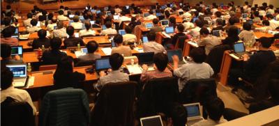 写真1 参加者の多くはPCやモバイル端末を使用している