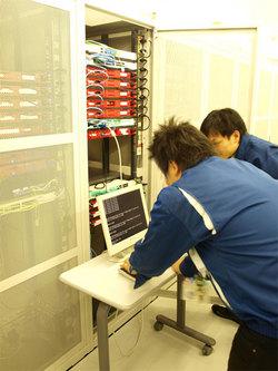 at+linkのサーバが運用されているデータセンター内での保守運用作業中の風景。トラブルがあれば,迅速にサーバラックに駆け付ける。