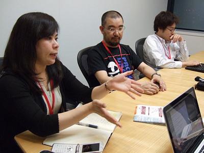 写真1 議論するJANOG26チェア陣。手前から奥に,吉村,小山,松下(いずれも敬称略)。