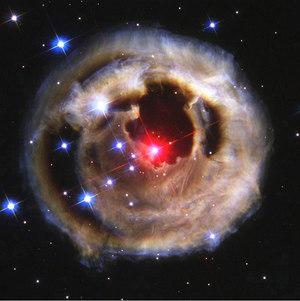 観測中に太陽の60倍も明るく輝いた謎の超巨星V833
