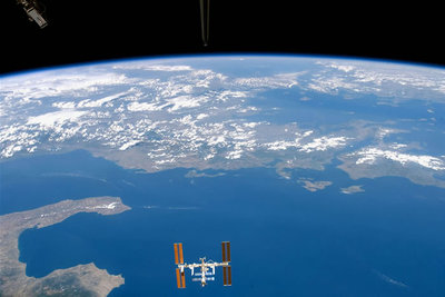 地中海の上空を飛ぶ宇宙ステーションをスペースシャトルから見下ろす