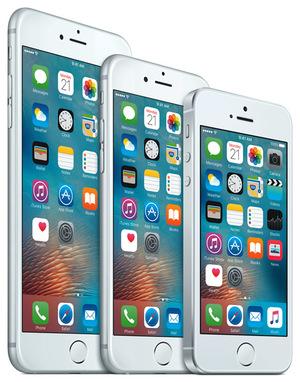 小型軽量化して登場したiPhone SE(右)。iPhone 6s(中),iPhone 6s Plus(左)と比べるとその小ささは一目瞭然だ
