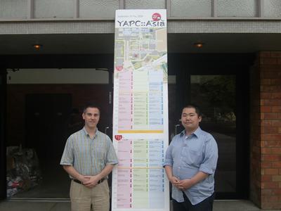 図1 YAPC::Asia Tokyo 2009の会場にて。Dice氏と牧氏。