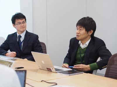 対談の模様(3) 関 堅吾氏(左)と岩崎氏